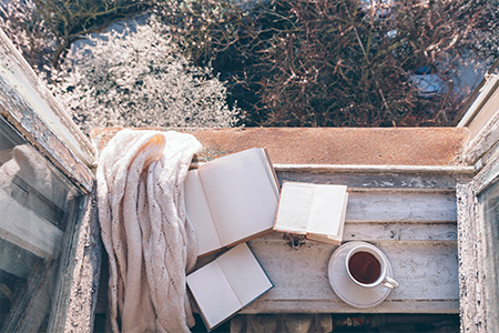 старая краска на деревянном окне